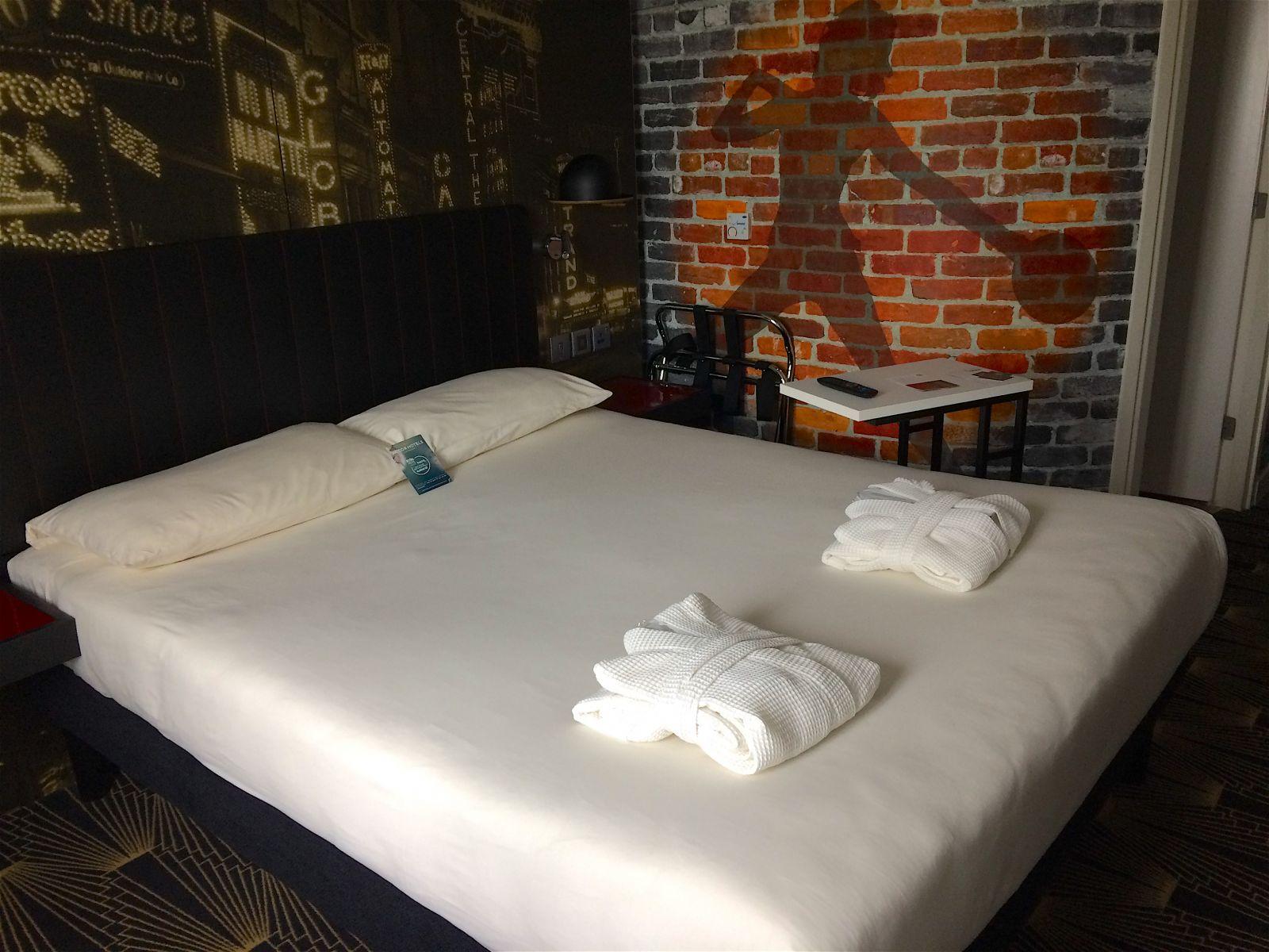 ibis-styles-southwark-hotel-bedroom-london