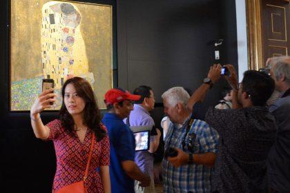 the-kiss-selfie-klimt-belvedere-palace-museum-vienna
