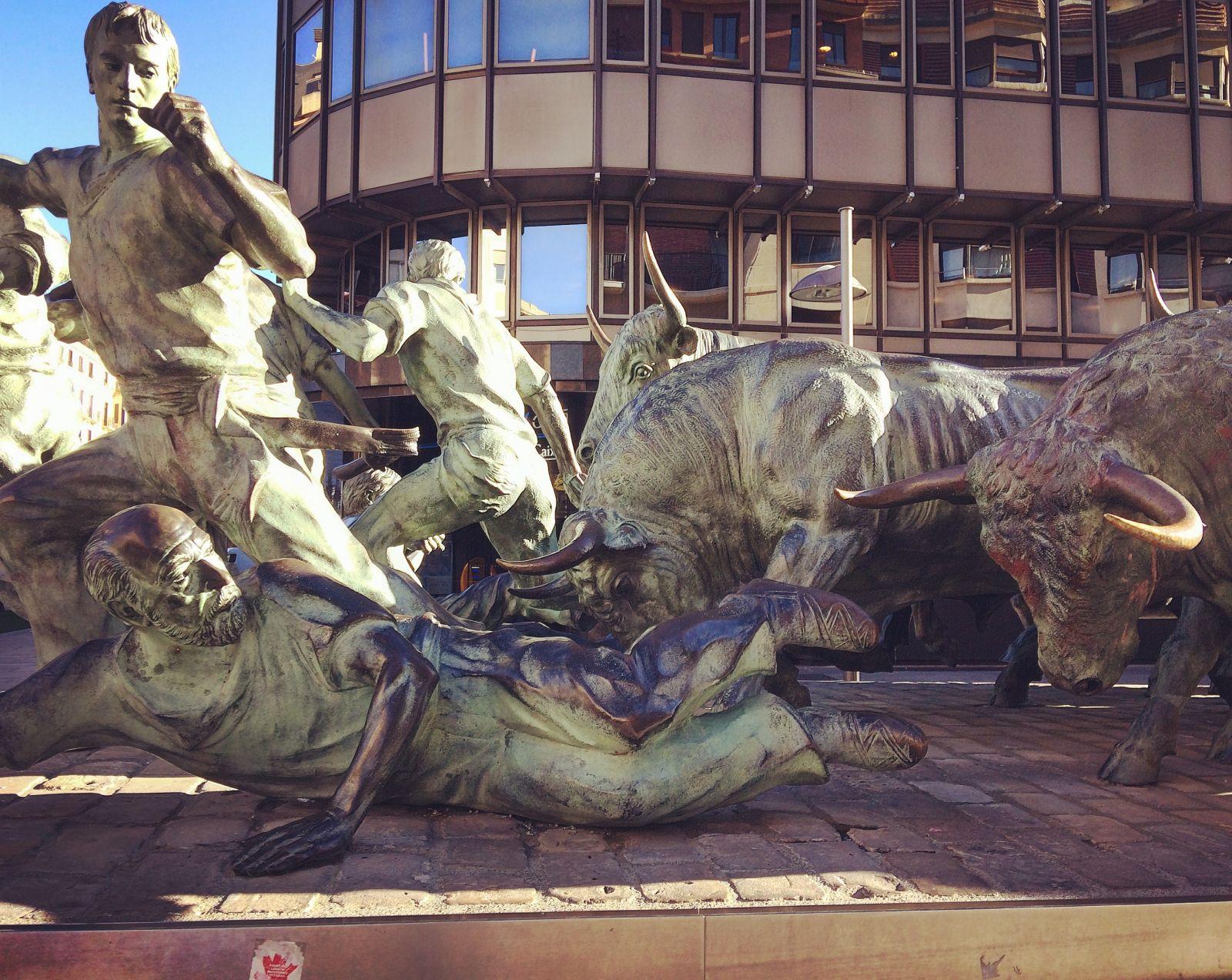 pamplona-bulls-statue-spain-light