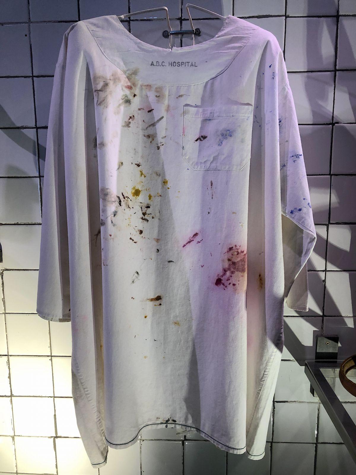 frida-kahlo-hospital-gown