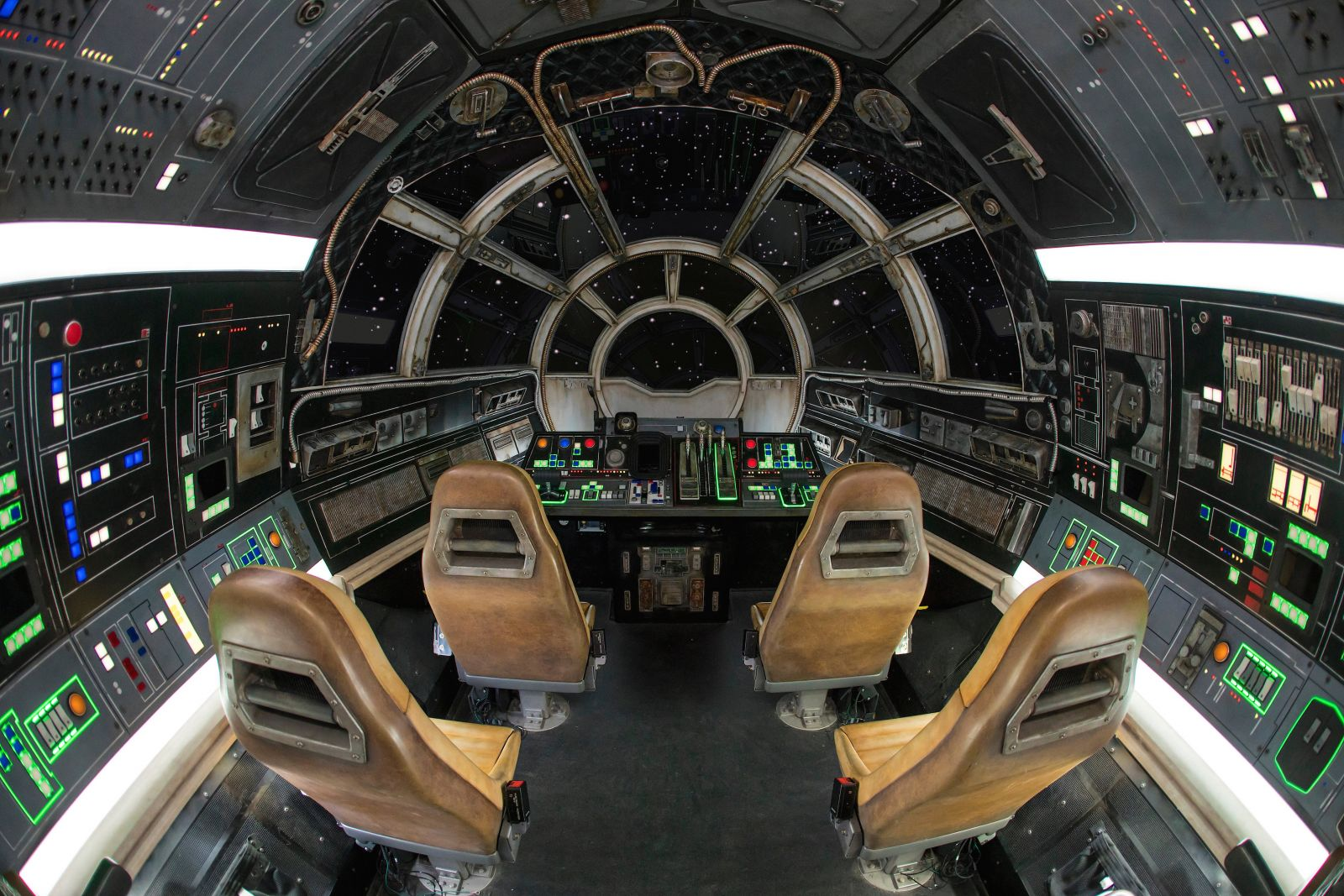 Star-Wars-Galaxys-Edge-Millennium-Falcon-cockpit