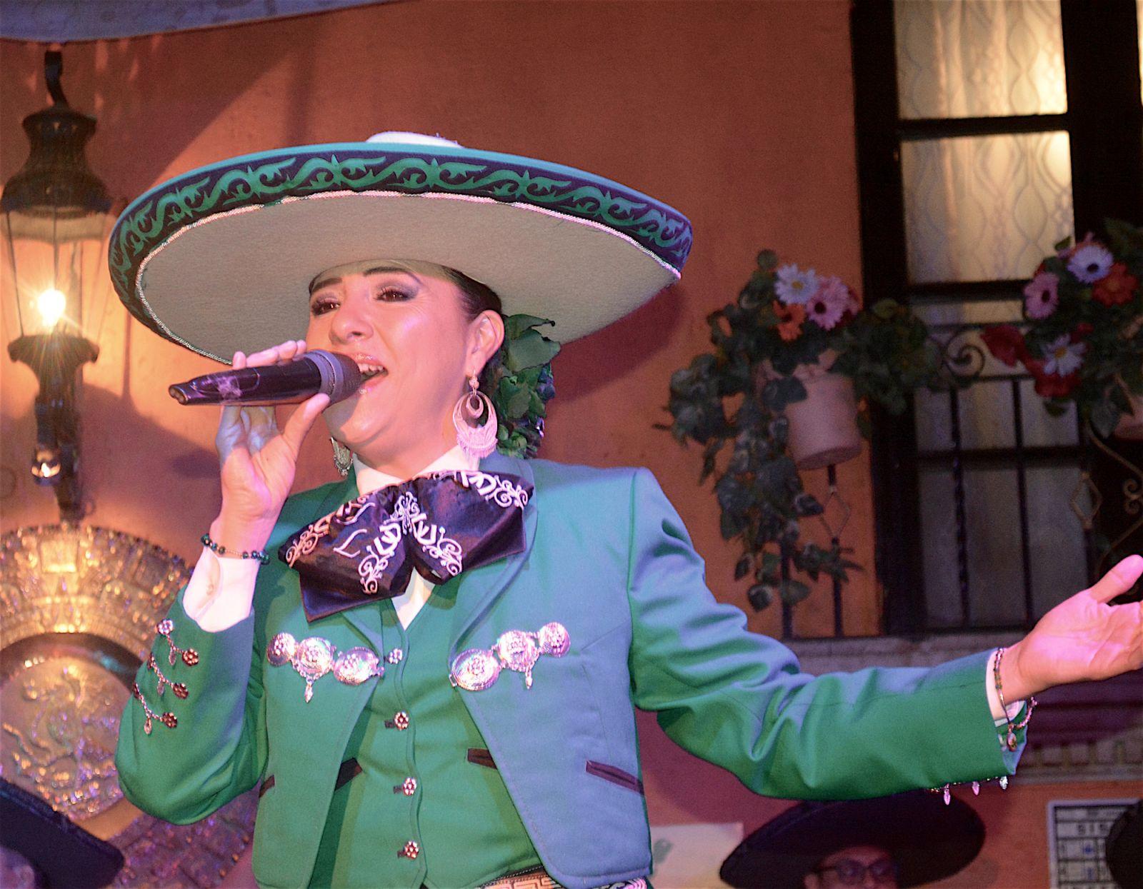 guadalajara-de-noche-female-singer