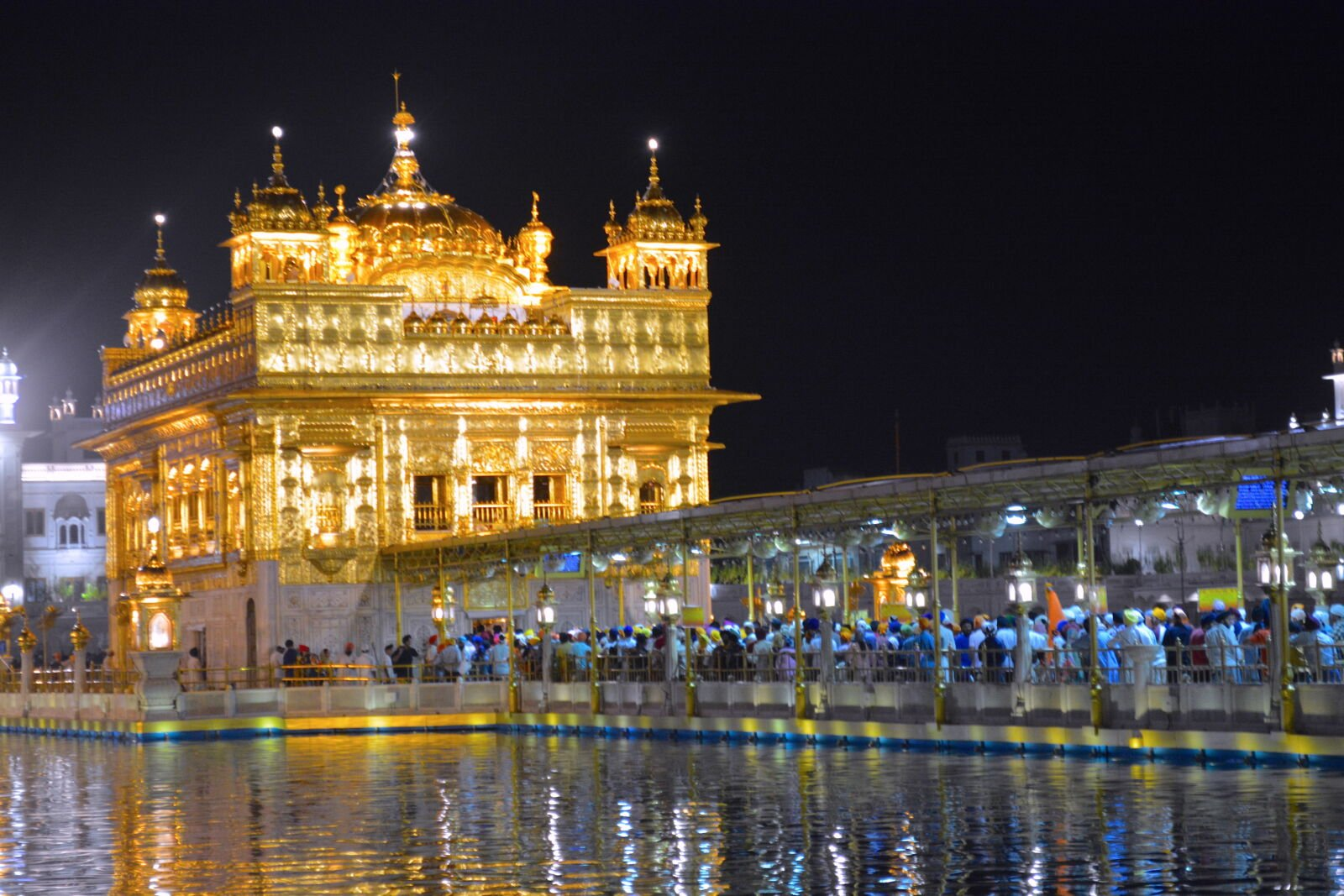 golden-temple-at-night-amritsar-crowds